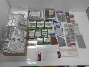 グリーンマックスのストラクチャー、舗道セットなどが並んでいる。他にも透明のビニールに入ったプラスチックのパーツも有る。