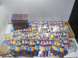 デアゴスティーニ、航空母艦 赤城を作るシリーズの本がたくさん並んでいる。立てられている物や、置かれている物など様々だ。表紙には完成図やロゴ等が書かれている。