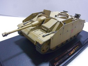 タミヤの1/48 ドイツIII号の完成品。黒い台座の上にあり、砲台やキャタピラ等細部が細かく再現されている。