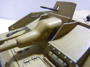ドイツIII号 突撃砲G型の完成品プラモデルの、砲台のアップ写真。ゾウのイラストが書かれている。