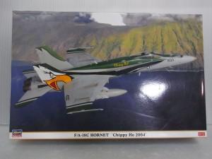 ハセガワ 1/48 F/A-18C HORNET Chippy Ho 2004 プラモデルの外箱。山の横を飛行機が飛んでいる様子が描かれている。機体には、鷹のイラストも有る。4967834096493