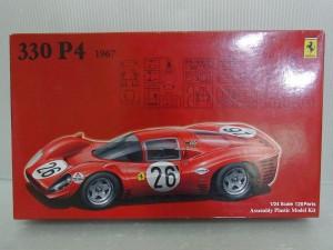 フジミ 1/24 フェラーリ 330 P4のプラモデルの外箱。全体的に赤く、右上にはロゴ、下にはイラストが描かれている。