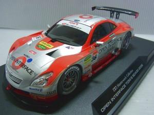 TOM'S SC430 2006のプラモデルの完成品。シルバーとレッドのボディカラー。黒い台座に乗っている。
