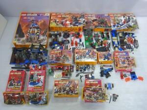LEGO SYSTEMなどの箱やバラブロック、フィグなどが置かれている。バラバラな物や組立途中の物も有る。