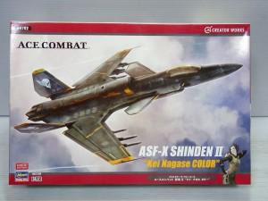 ハセガワ 1/72 ASF-X SHINDEN IIの外箱。上空を戦闘機が飛んでいる様子が描かれている。下には、キャラクターイラストも描かれている。
