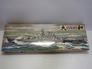 タミヤ 1/350 戦艦 大和の外箱。荒波の中、大和が波しぶきをあげている様子がイラストで描かれている。 空は曇り空。日章旗を掲げている。