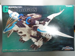 TOMY 1/72 ゾイド GZ-018 GILDRAGONの外箱。青い背景に、羽を広げ、口を開けて羽ばたくギルドラゴンの様子が見える。白と青ののボディカラー。