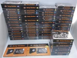 デアゴスティーニ ハーレーダビッドソン FatBoyの箱が並んでいる。黒い箱に、オレンジ色のロゴが書かれている。