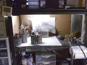 エアブラシなどの塗装用品と作業場風景01