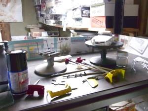 塗装途中のボディや用品など作業場風景02