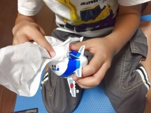 デカールについた余分な水分をティッシュで拭き取り01