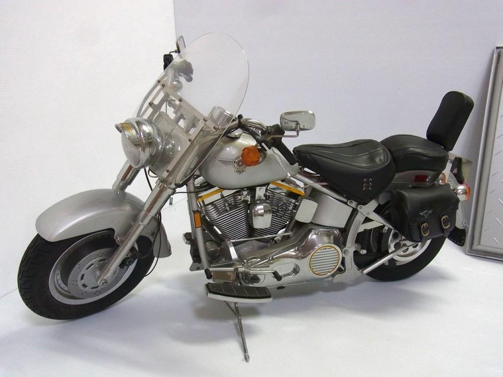 DeAGOSTINI Harley Davidson Fat Boyの画像。シルバーのボディ。