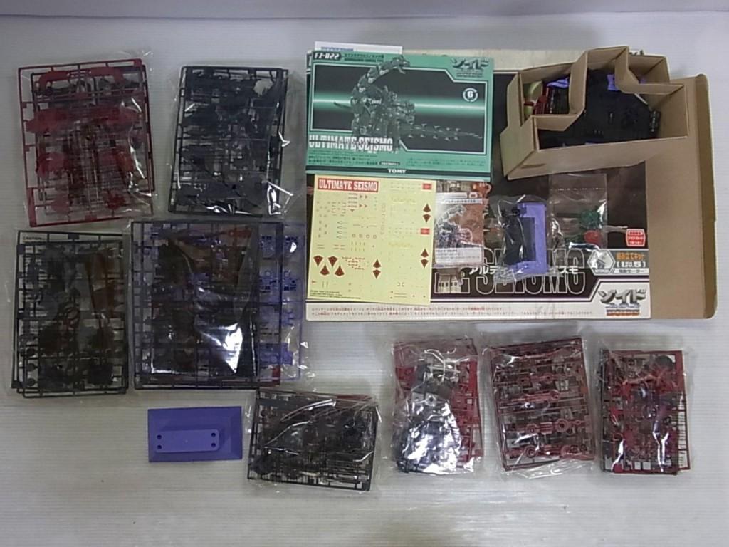 TOMY 1/72 FZ-022の内容物。様々なパーツが置かれている。