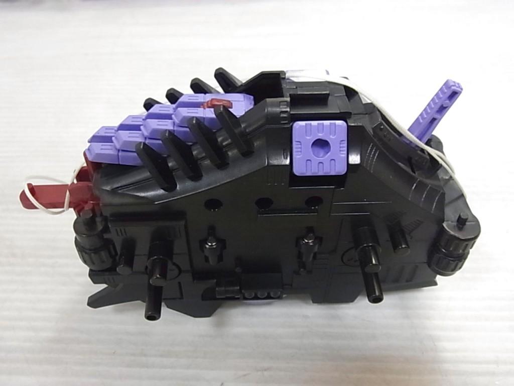 ゾイドの電動モーター。黒い本体。所々紫色のパーツも見て伺える。