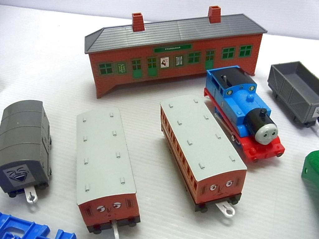 トーマス|アニー|クララベル|貨車のプラレール車両。奥には駅舎も見える。