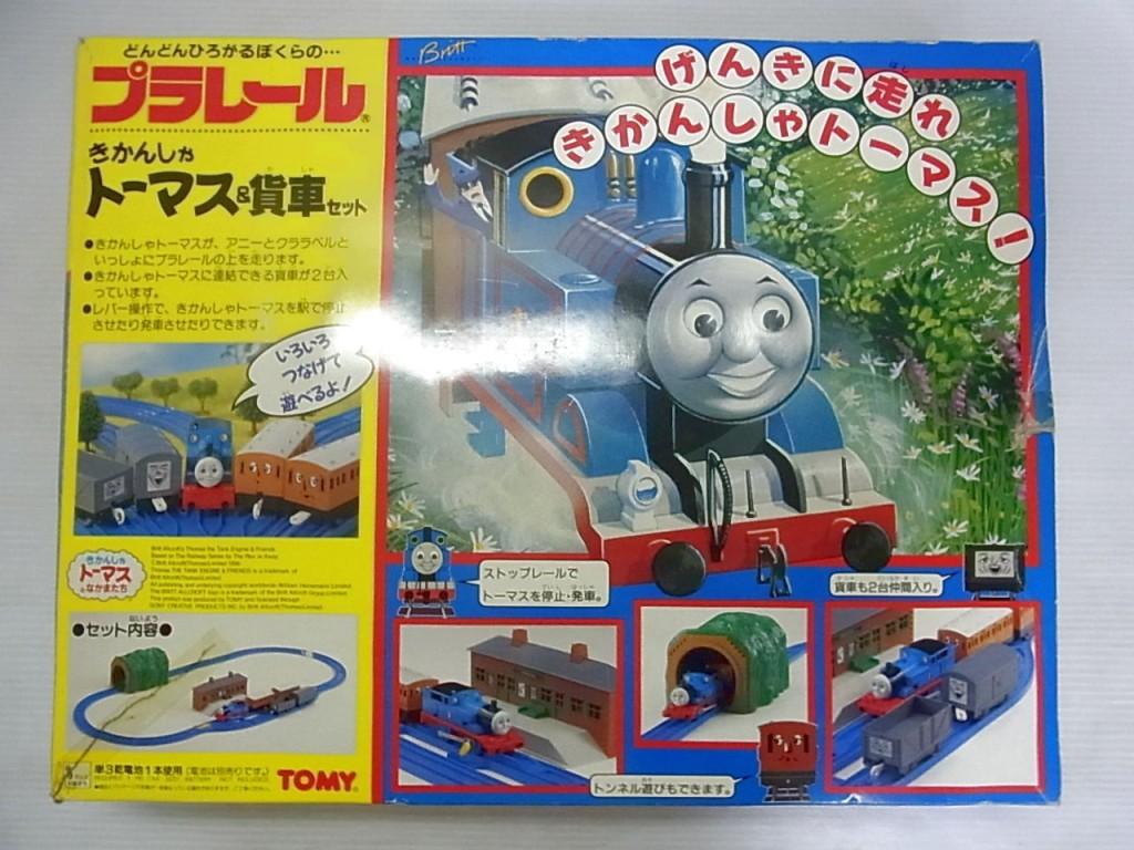 TOMY プラレール きかんしゃトーマス&貨車セットの箱。黄色と青の箱で、光が反射している。イラストが描かれている。