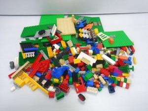 白い背景に、LEGO|レゴのバラバラなカラフルなブロックが見えている。