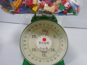 計りの上に袋の入ったレゴが置いてある。計測している様子。