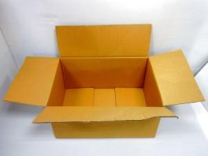 ダンボール箱が開いた状態で置かれている。