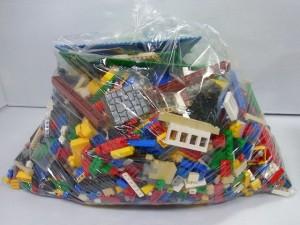 レゴが透明な袋に入って置かれている。