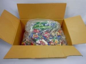 ダンボール箱に、袋に入れられたレゴが入っている様子。