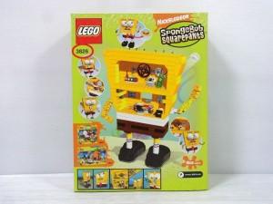 LEGO スポンジボブの箱。 LEGO スポンジボブの箱。後部の画像。中のキャラクターの姿も写っている。