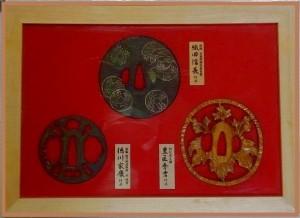 戦国武将データファイルの特典。鍔コレクションが専用ケースに収納されている。