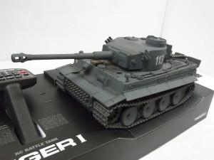 東京マルイ TIGER I 戦車RCの本体画像。左には送信機も写っている。