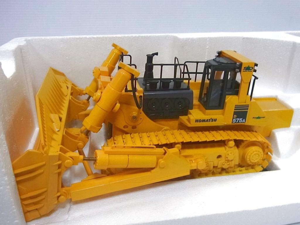 KYOSHO コマツ ブルドーザー ラジコンの本体画像。黄色いボディ。一部黒いパーツもある。