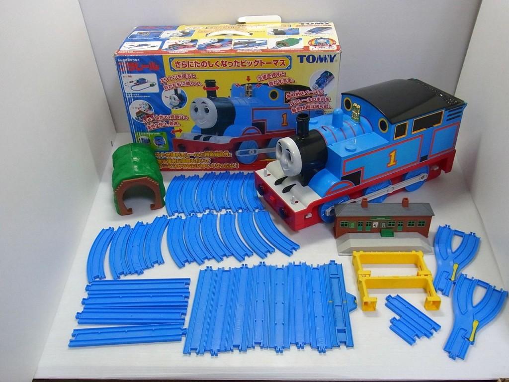 plarail|さらにたのしくなったビッグトーマスの展開画像。本体や、青いレールが並んでいる。
