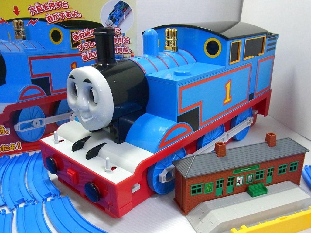 きかんしゃトーマスの画像。奥には箱、手前には駅舎があり、横にはレールも写っている。