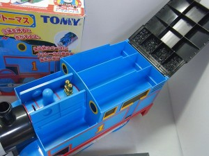 thomasの本体を開けた画像。フタが開いており、収納スペースが見える。