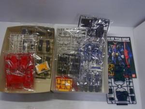 バンダイ 1/144 MRX-009 サイコガンダムの展開画像。色や形も様々なパーツが写っている