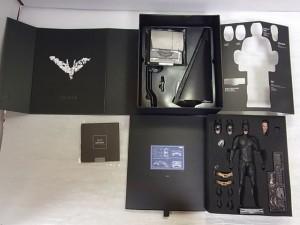BAT MAN DX12フィギュアの展開した画像。人形や様々なパーツが見えた。