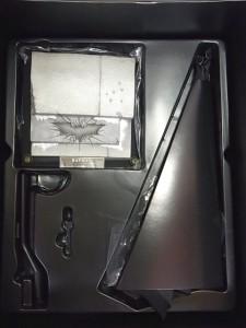 ホットトイズ バットマンフィギュアの付属品。白い台座などがある。