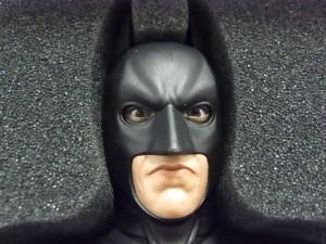 バットマンマスクのヘッド。黒いマスクから、リアルな目が見えている。