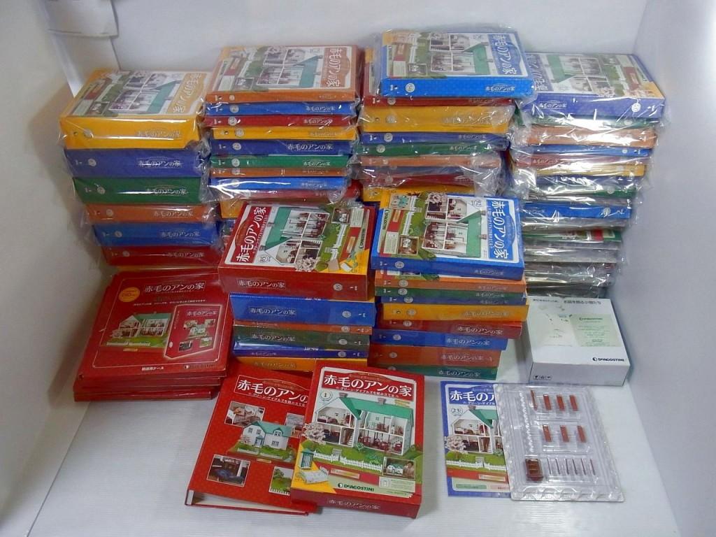 DeAGOSTINI|デアゴスティーニ 週刊 赤毛のアンの家が、積まれている。箱に入った物や、箱から出ている物もある。