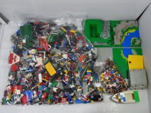 LEGO|レゴのブロックが置かれている。袋に入れてある物や、そのままの状態の物がある。