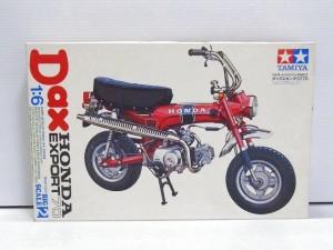 タミヤ 1/6 ダックス ホンダ ST70の箱。赤いバイクのイラストが描かれている。
