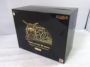 GUNPLA 1/144 プレミアムBOXの箱。黒い箱で金のイラストが書かれている。