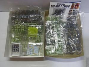 BANDAI ザクの展開画像。パーツなどが写っている。