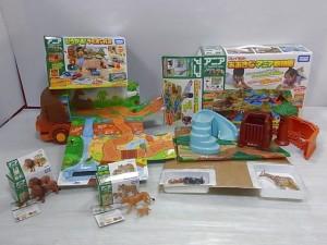アニアの箱から商品を出して撮影した開封画像。動物のLionやgiraffeなどの人形も写っている。