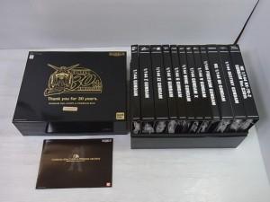 premium BOXの展開図。箱、中身、小冊子が置かれている。