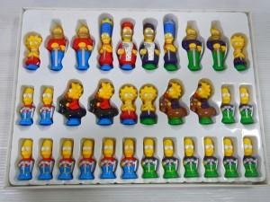 シンプソンズ 3-D チェスの展開画像。キャラクターの人形の駒が並んでいる。