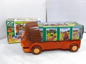 ひろがる! ライオンバスの画像。ライオン形のケースや、アニマルのイラストが描かれている。