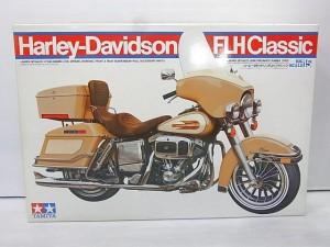 タミヤ 1/6 ハーレーダビッドソン FLHクラシックの箱。バイクのイラストが描かれている。