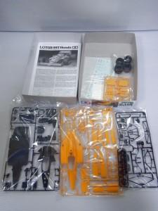 タミヤ 1/20 ロータス 99T Hondaの展開画像。黄色や黒のパーツなどが置かれている。