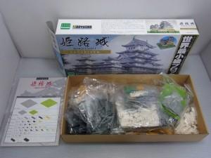 nano block 童友社 姫路城の展開画像。カラフルなブロックが入っている様子。