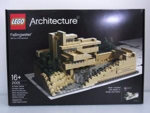 lego architecture fallingwaterの箱。パッケージには完成後のlego様子が写っている。
