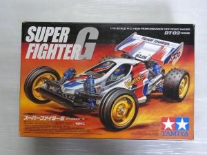 TAMIYA 1/10 RC SUPER FIGHTER Gの箱。白いロゴやラジコンのイラストが書かれている。